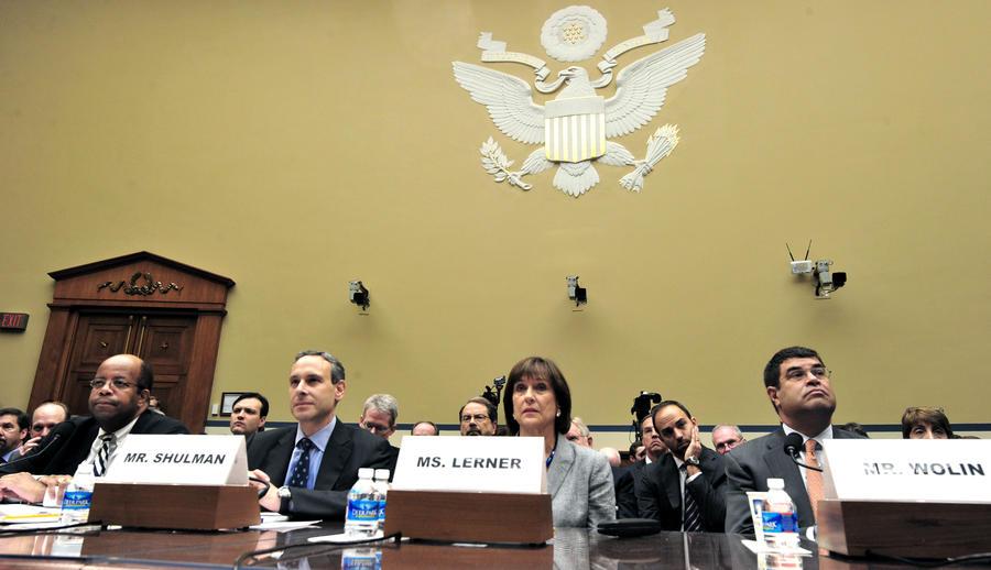 Вторую сотрудницу налоговой службы США отстранили от должности из-за скандала