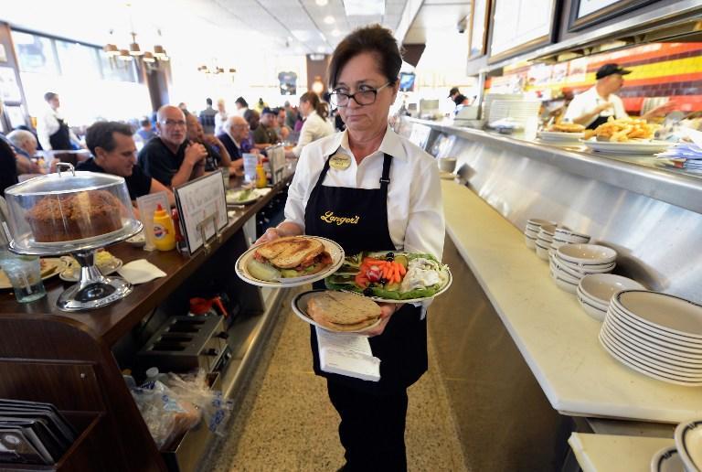 Выпускники колледжей в США водят такси и приносят кофе: найти работу все сложнее