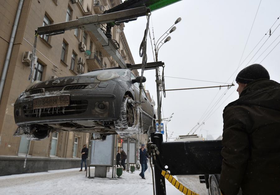 За незаконную эвакуацию автомобилей автоинспекторов предлагают штрафовать и отстранять от работы