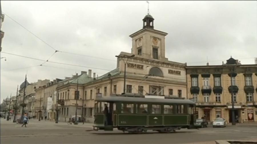 Жителю Польши разрешили ездить по городу на личном трамвае