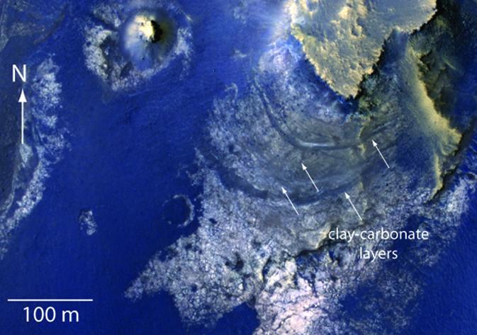 Американский космический аппарат нашел воду на дне марсианского кратера