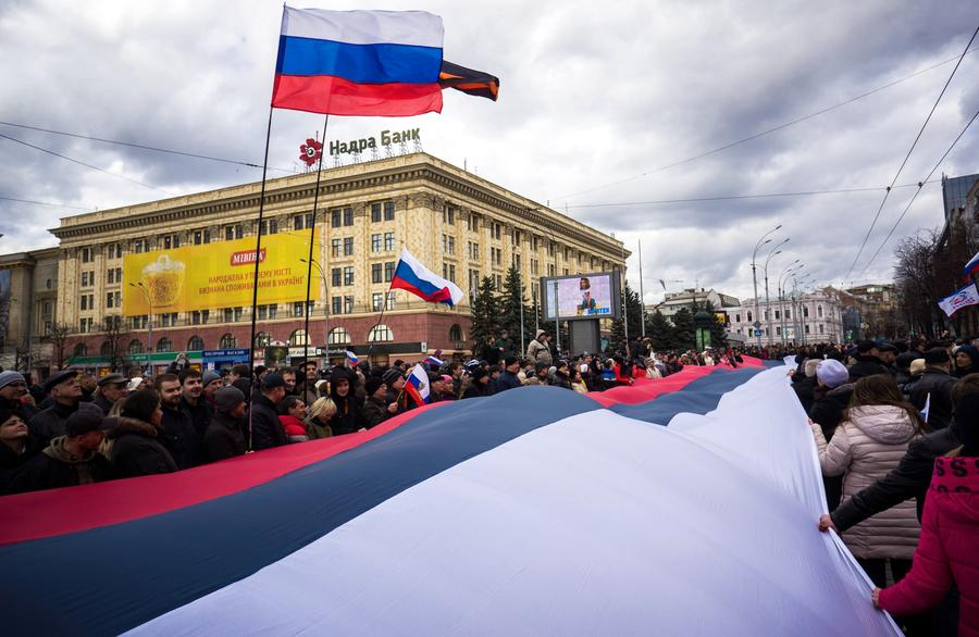 Жители востока Украины проводят митинги в поддержку Крыма и выражают недоверие новым властям страны
