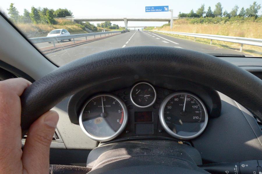 На автотрассах Европы планируют ограничить максимальную скорость на уровне 112 км/ч