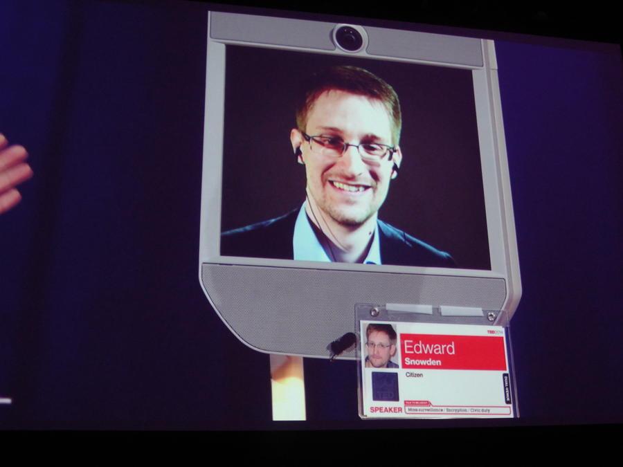 Эдвард Сноуден: Власти США забрали у меня паспорт, чтобы представить русским шпионом