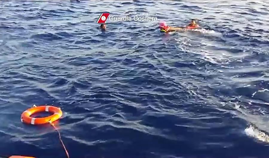 В результате крушения судна с беженцами погибли 50 человек