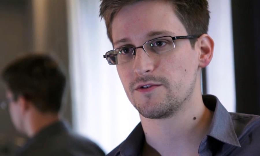 Отец Сноудена может прилететь в Россию на следующей неделе