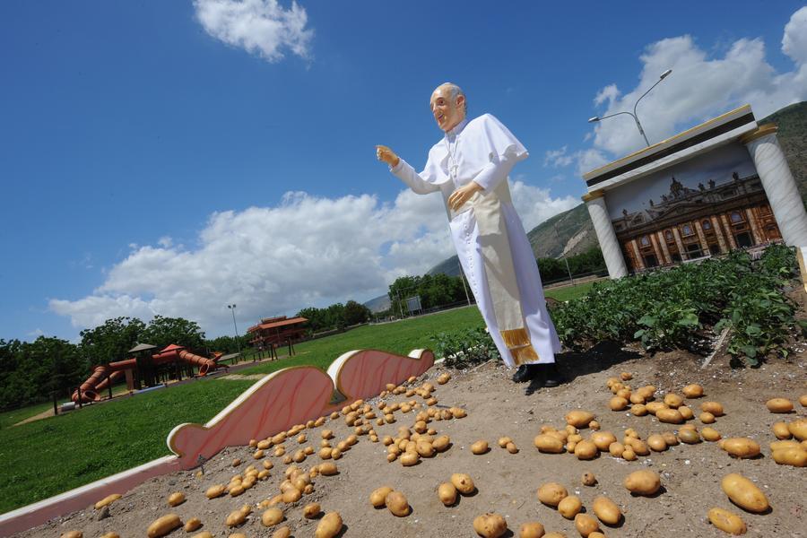 Картофельное поле в Неаполе украсила первая статуя Папы Римского Франциска
