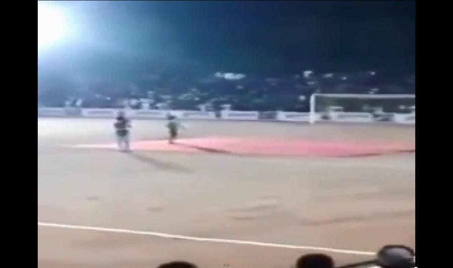 В Индии во время футбольного матча рухнула трибуна, более ста человек пострадали