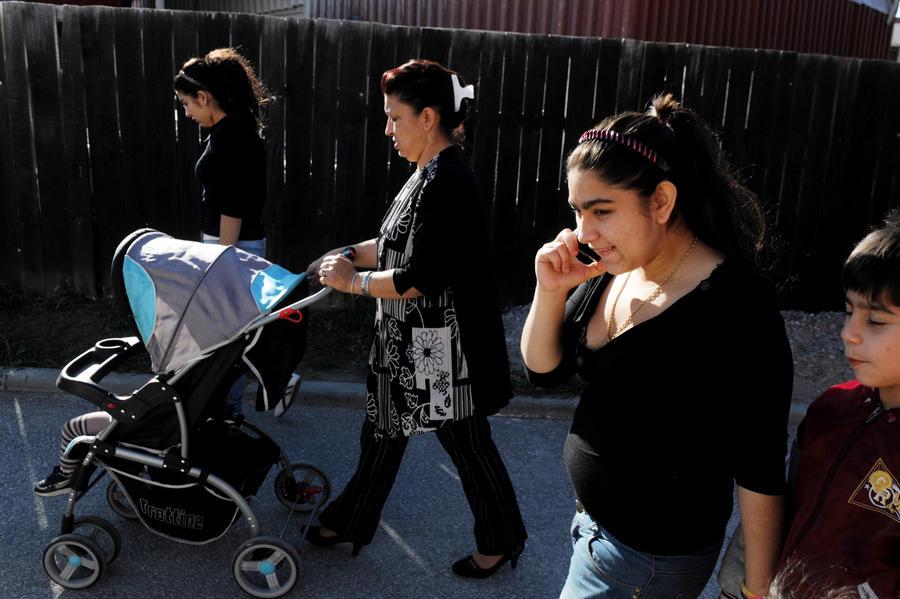После анализа ДНК светловолосую девочку, которую полиция Ирландии забрала у цыган, вернули обратно в семью