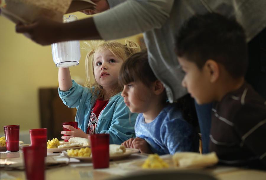 Голодных школьников в США заставляют выкидывать обеды