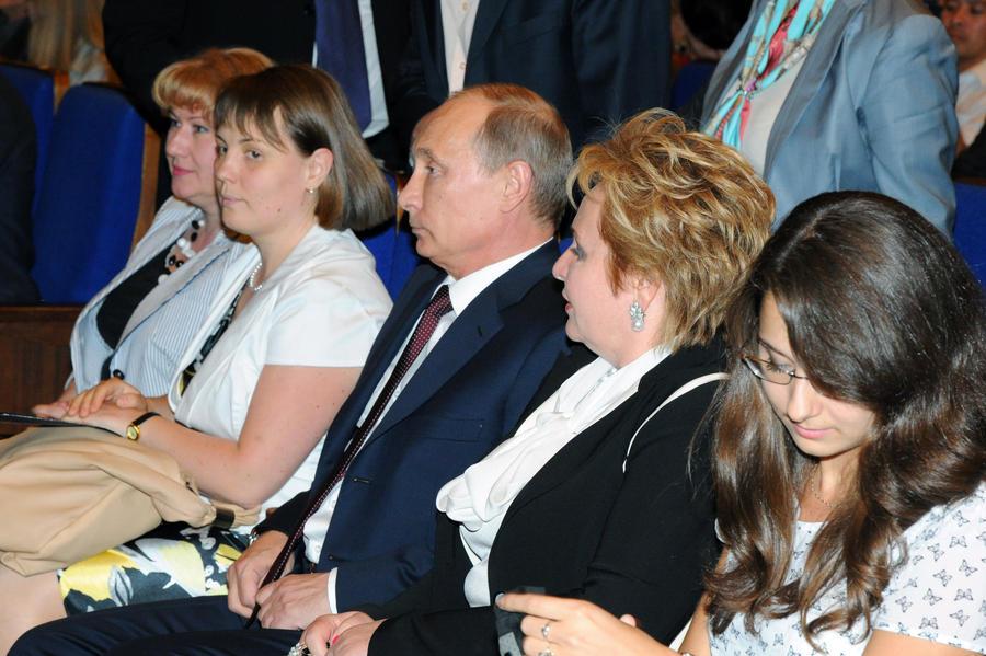 Дмитрий Песков: Жизнь Путина не связана ни с какими семейными отношениями