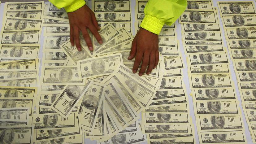 Девочка в США принесла в школу рюкзак долларов: она раздала одноклассникам $20 тыс.