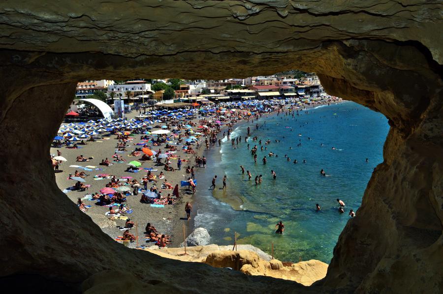 Родители могут попасть в тюрьму за то, что устроили своим детям внеплановые каникулы в Греции