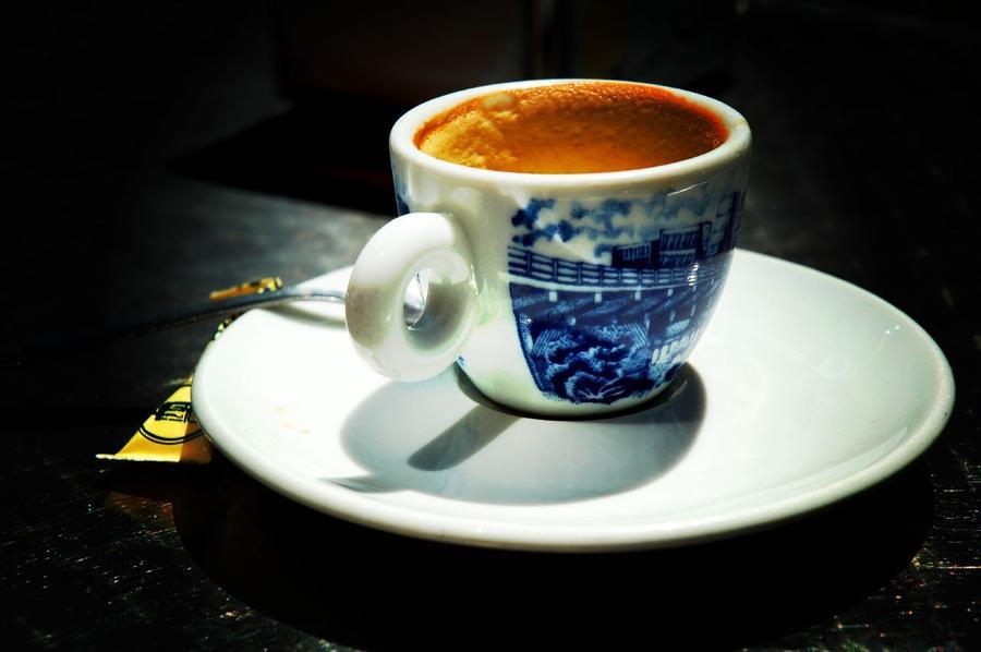 Владелец французского кафе штрафует клиентов за грубость