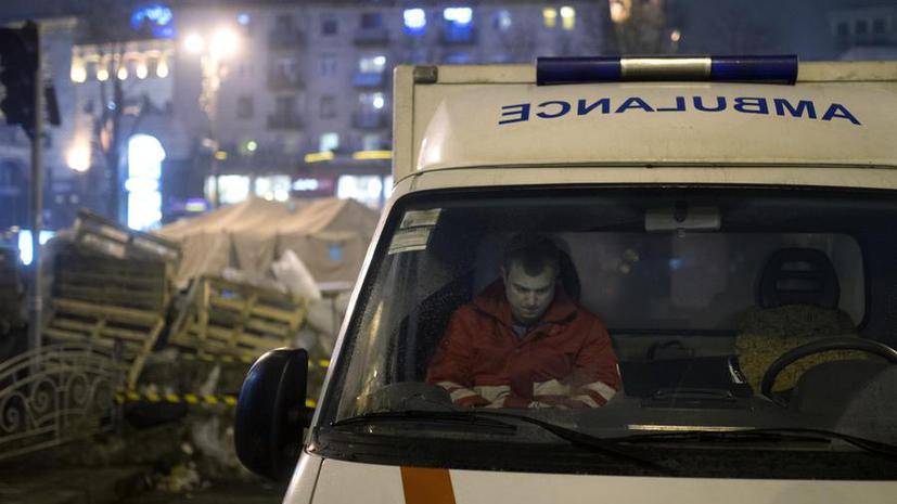 Радикалы в Киеве разгромили машину «скорой помощи»
