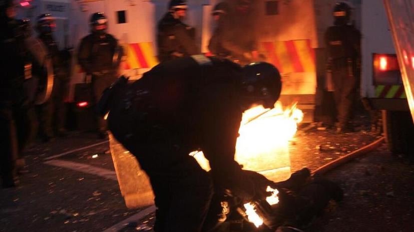 Более тысячи полицейских дополнительно направлены в Белфаст из-за массовых беспорядков
