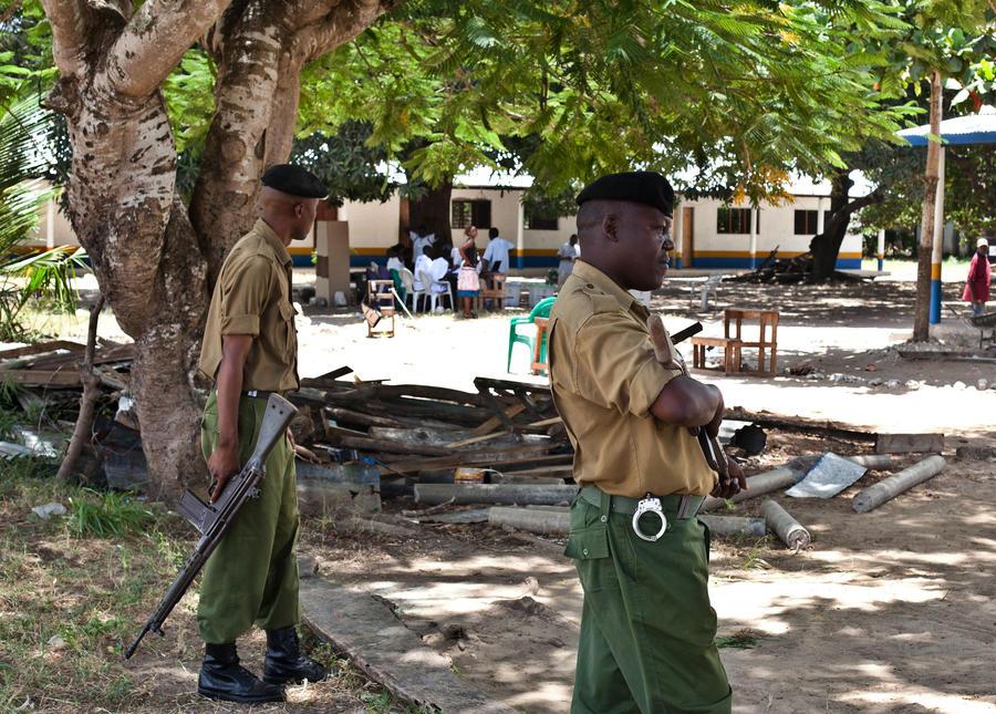 Четверо полицейских защитили казино в Кении от сотни вооруженных партизан
