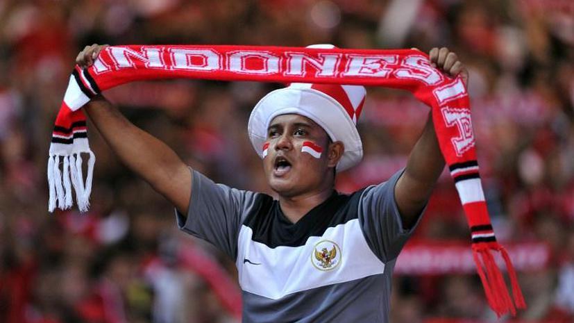 На Чемпионате Индонезии футболист нокаутировал судью прямо во время матча