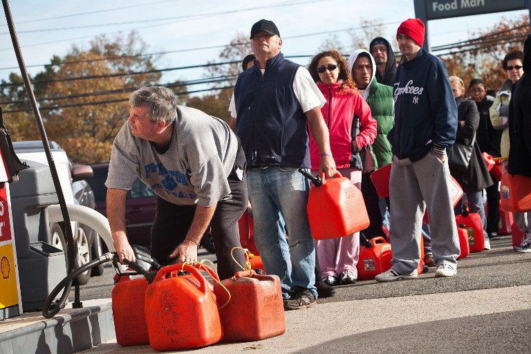 Американцы вынуждены стоять в очереди за бензином