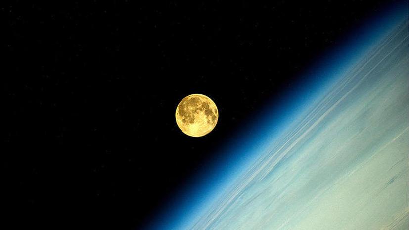 Лунный закат: российский космонавт опубликовал фото суперлуния с орбиты