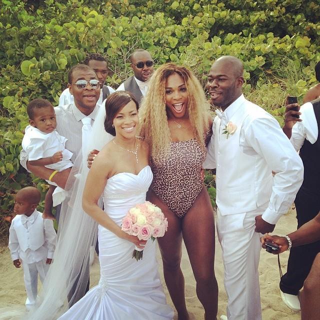 Серена Уильямс пришла на чужую свадьбу в леопардовом купальнике