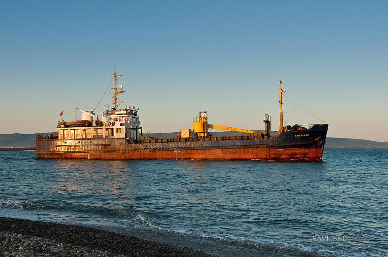 Сухогруз с 700 тоннами золотой руды пропал в Охотском море