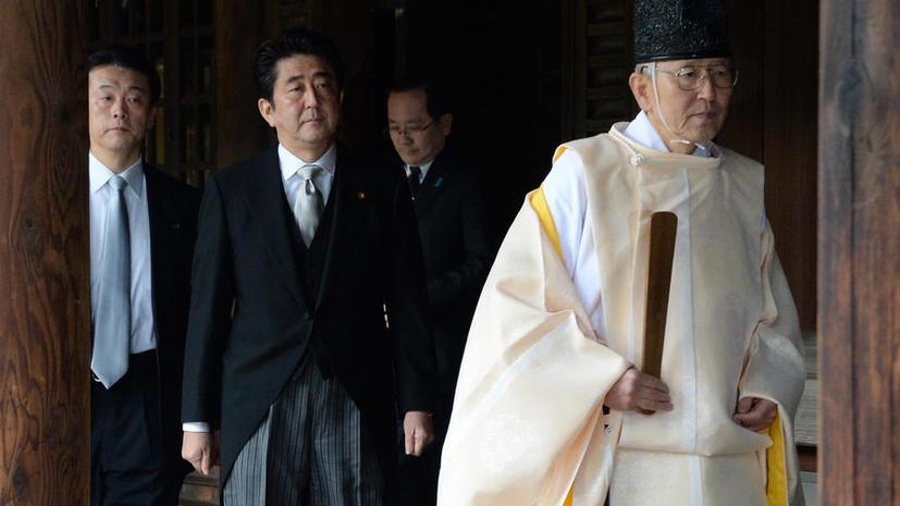 Премьер-министр Японии посетил милитаристский храм Ясукуни