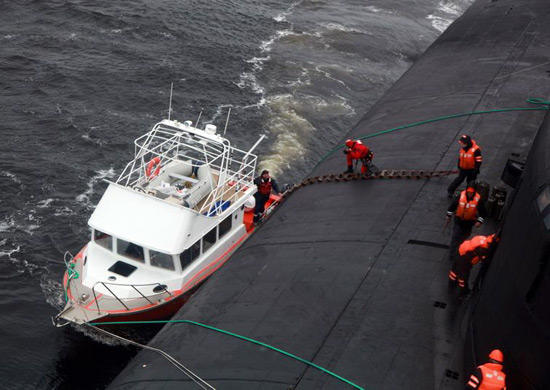 В Белом море атомная подлодка спасла экипаж и пассажира катера, потерпевшего бедствие