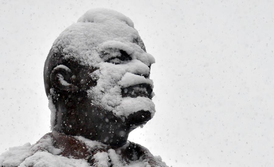 Участники массовых акций повалили памятники Ленину в Чернигове, Днепропетровске и Полтаве