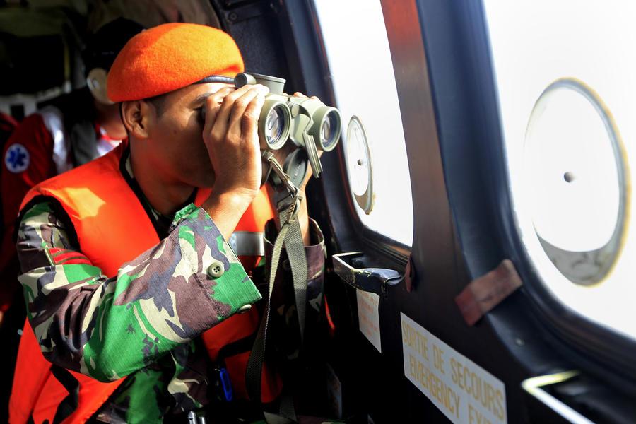 Спасатели обнаружили местонахождение хвостовой части разбившегося самолёта AirAsia