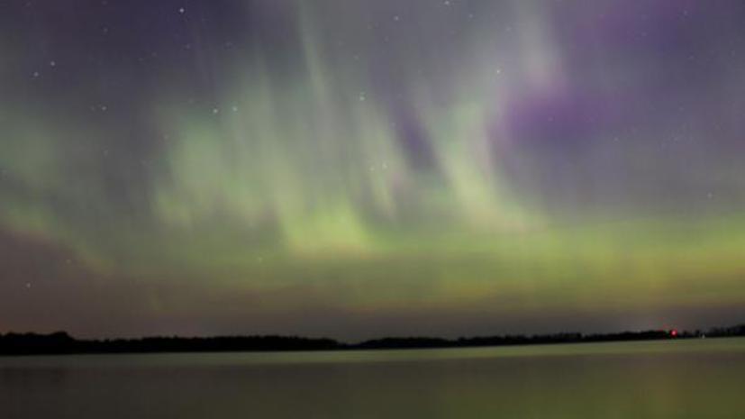 Пользователи соцсетей делятся фотографиями северного сияния, которое наблюдали прошлой ночью