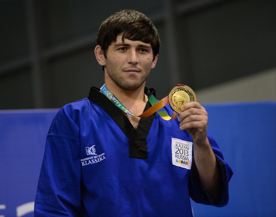 Российский борец на поясах разбил собственную золотую медаль