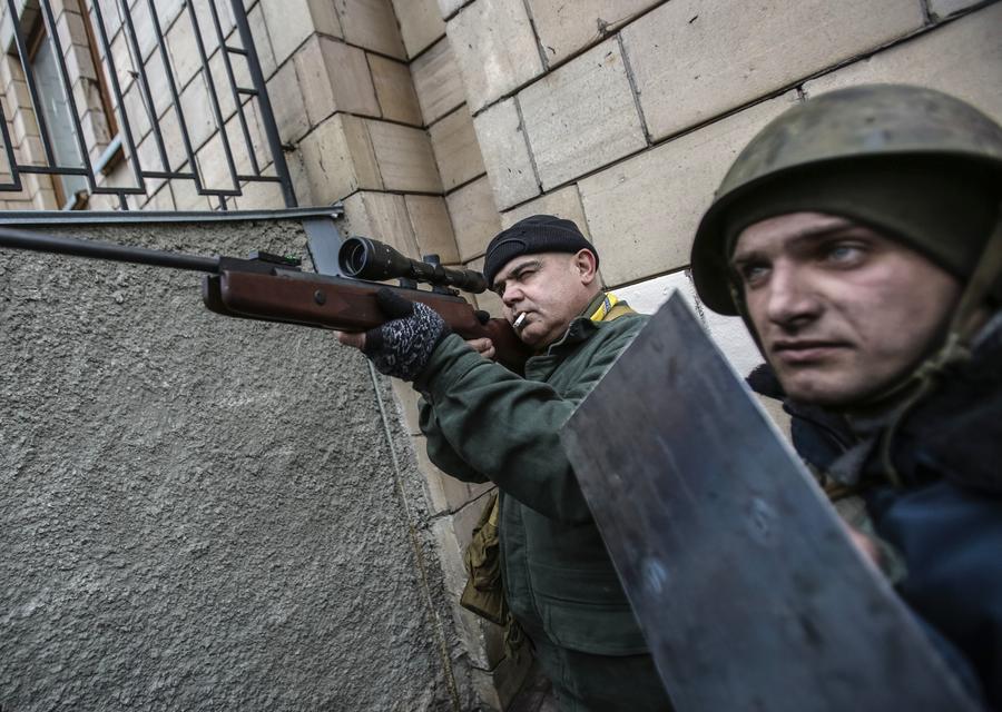 Глава МВД Украины требует от экстремистов добровольно сдать оружие