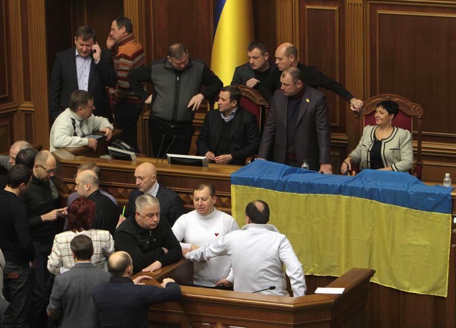 Украинские депутаты приняли постановление о возврате Конституции 2004 года, не требующее подписи президента