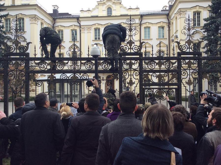 В Киеве радикалы «Правого сектора» заблокировали здание Верховного суда Украины