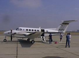В США у самолёта на лету оторвалась дверь и рухнула на крышу отеля
