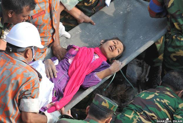 Женщина выжила, пролежав две недели под завалами фабрики в Бангладеш
