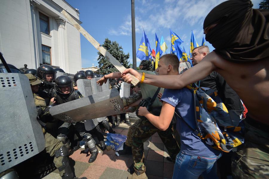 Эксперт: Беспорядки у здания Рады — показательный спектакль для оправдания срыва Минских соглашений