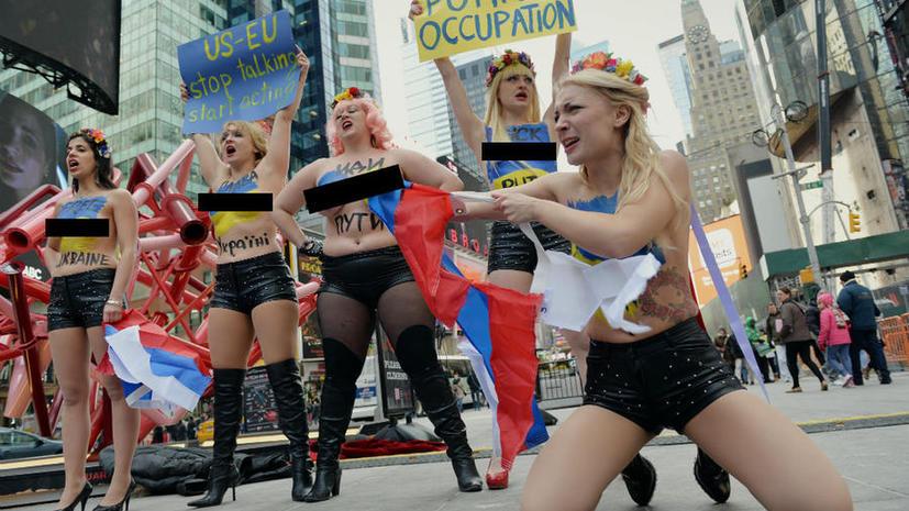 Лидер FEMEN разорвала российский флаг в центре Нью-Йорка