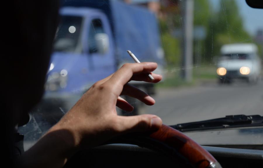 Молодёжь предлагает запретить курение за рулём