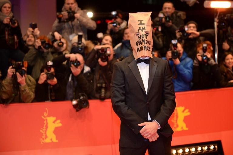 Актёр Шайя Лабаф появился на Берлинале с пакетом на голове