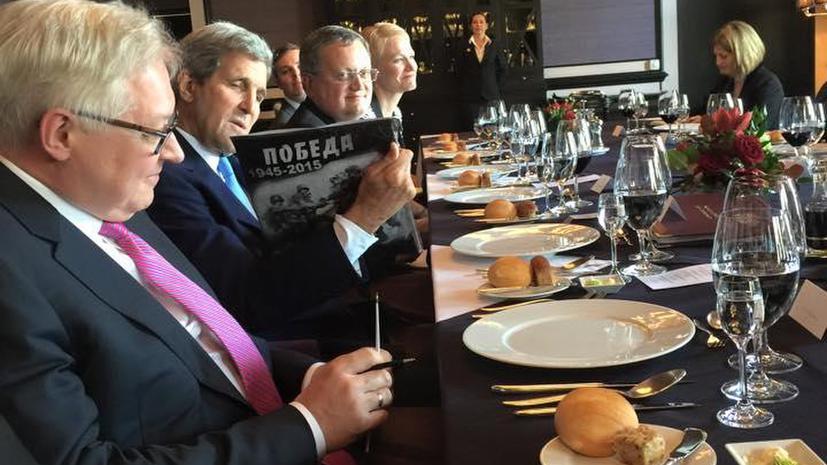 Помидоры, картошка и футболка с символикой Победы: необычные подарки Сергея Лаврова и Джона Керри
