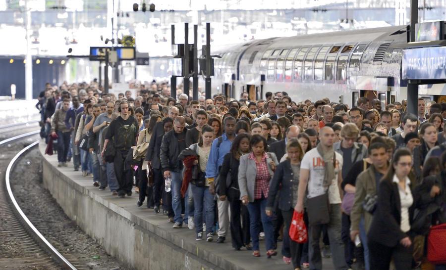 Транспортный коллапс: во Франции одновременно бастуют железнодорожники и авиадиспетчеры