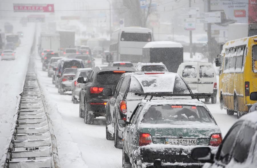 Снежный ад заблокировал движение на МКАД