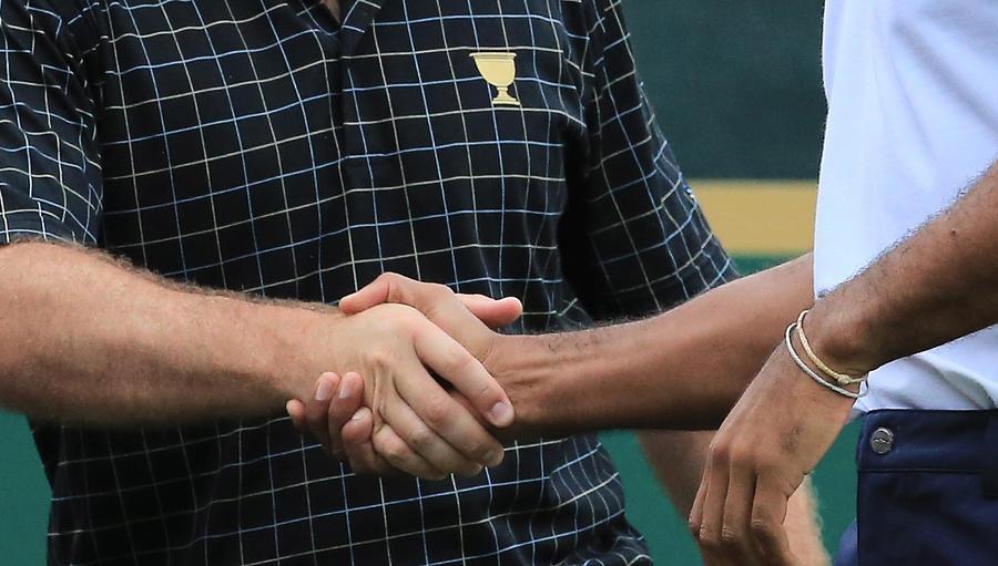 Жители Кентукки боятся спортивных рукопожатий