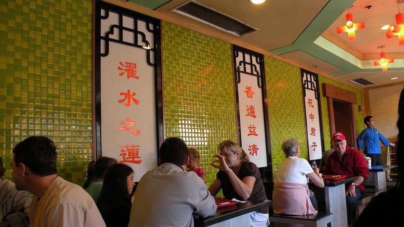 Китайский ресторатор вывесил на здании баннер с именем должника