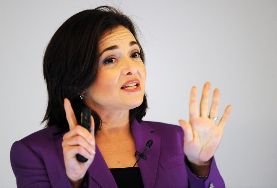Первая женщина в составе совета директоров Facebook: Плакать на работе — это нормально