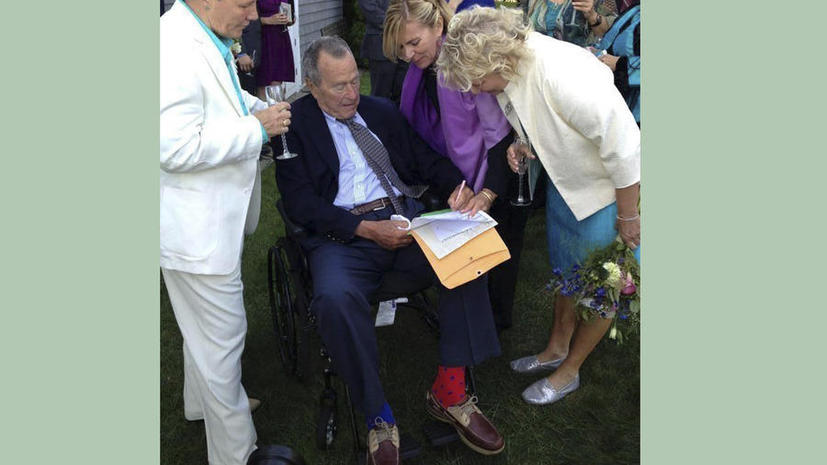 Джордж Буш-старший стал свидетелем на однополой свадьбе