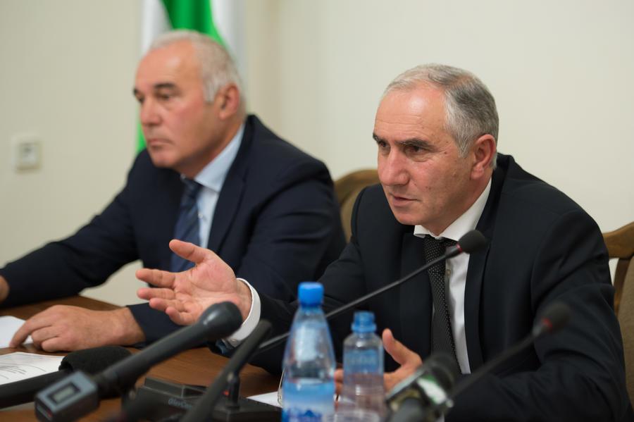 Парламент Абхазии принял решение о досрочных выборах президента и назначил и.о. президента Валерия Бганбу