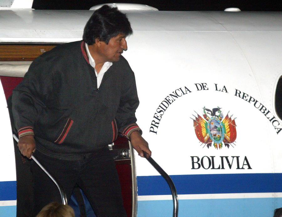 Самолёт Эво Моралеса совершил вынужденную посадку из-за слухов, что на борту Эдвард Сноуден